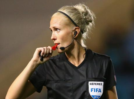 Arbitro insultato perché donna: offese dei genitori, un giocatore 14enne la sfida abbassandosi i pantaloncini