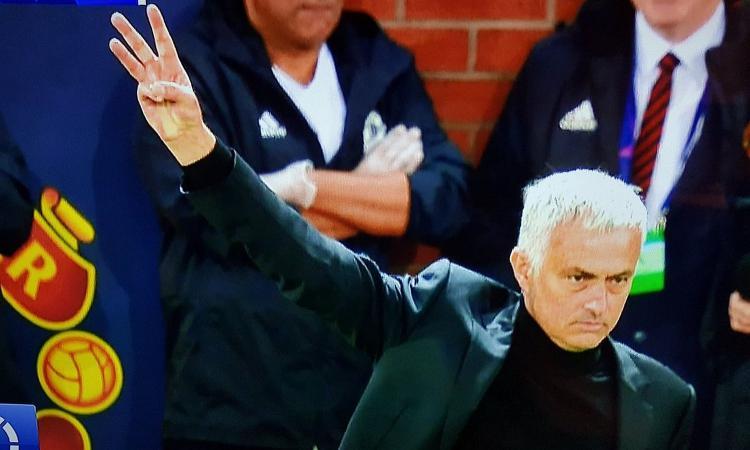 Cori dei tifosi della Juve contro Mourinho. Lui replica mostrando il 3 del Triplete FOTO