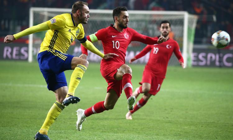 Calhanoglu ha male al piede, lascia il ritiro della Turchia: Milan preoccupato