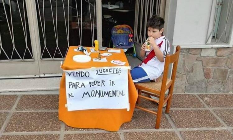 Febbre River-Boca, bimbo di 6 anni vende i suoi giocattoli per andare al Monumental