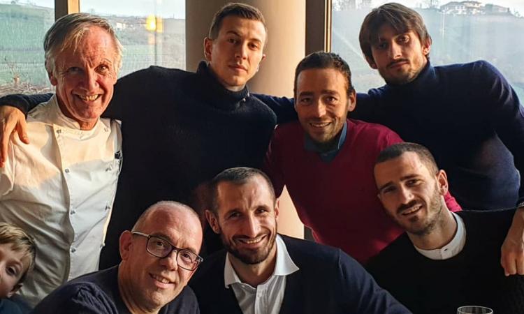 Juve, domenica libera: Chiellini pranza coi compagni, Dybala con Oriana FOTO