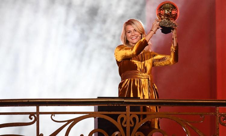 Pallone d'Oro femminile ad Ada Hegerberg, il presentatore le chiede di 'twerkare' e lei... VIDEO