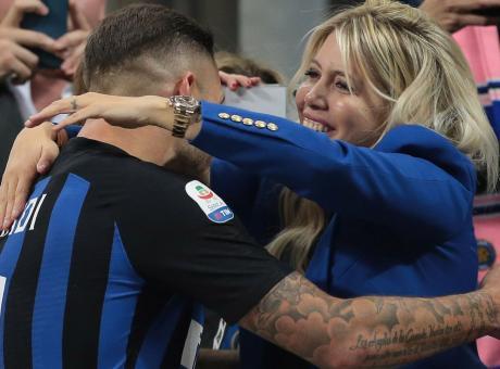 Wanda scatenata sui social: 'Ore 18, forza Inter', like e retweet ai tifosi nerazzurri FOTO