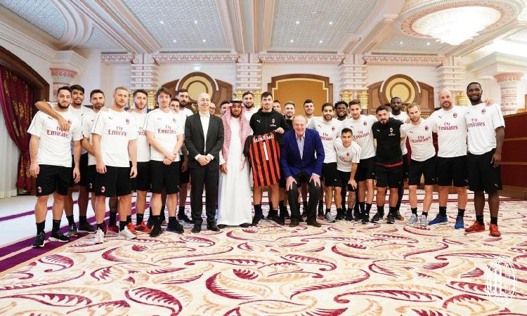 Milan, mistero Higuain: unico assente nella FOTO con il principe Al-Faisal