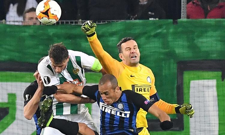 'Solo un capitano', la Curva dell'Inter cancella Icardi e canta per Handanovic