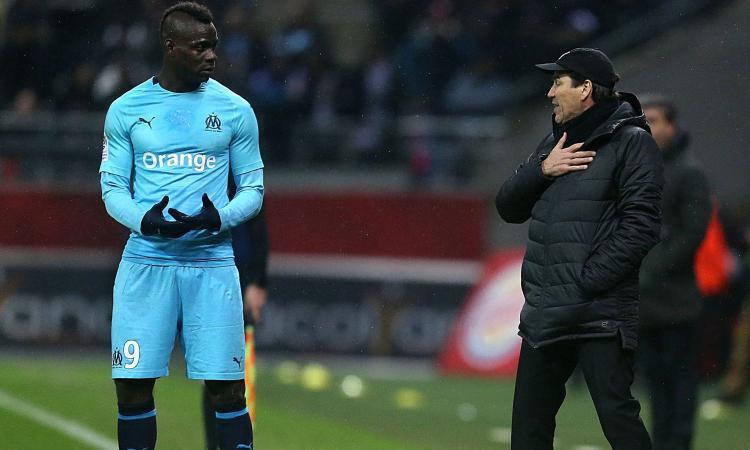 Balotelli se la ride per il ko del Manchester United col PSG, ma fa arrabbiare i tifosi del Marsiglia