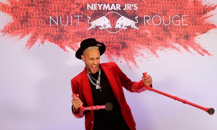 Neymar, compleanno in stampelle e sedia a rotelle. Poi le lacrime: 'E' un momento difficile, mi manca il calcio'