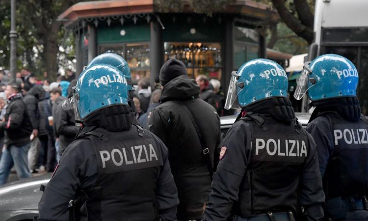Scontri prima di Lazio-Siviglia: 4 accoltellati, un tifoso in codice rosso
