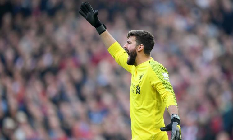 Liverpool, Alisson scappa con la coppa! VIDEO