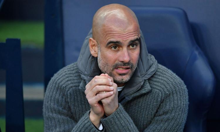 Manchester City, Guardiola con la maglia dell'ong Open Arms: 'Amo questi ragazzi'