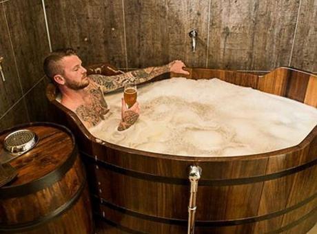 Momenti Di Gioia: Gunnarsson, il capitano dell'Islanda apre una Spa dedicata alla birra!