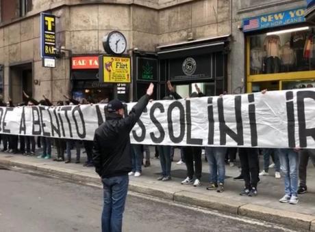 Vergogna a Milano, striscione degli ultras della Lazio: 'Onore a Benito Mussolini'. Tra i responsabili 3 interisti