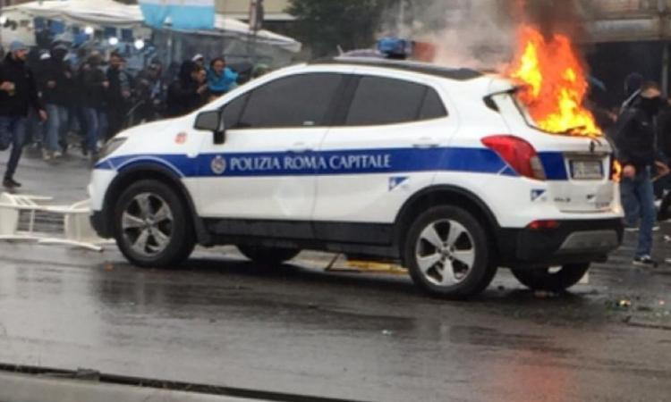 Scontri prima di Atalanta-Lazio: 3 auto della polizia in fiamme, 2 agenti feriti