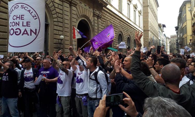 online store fb19f ca5ba Fiorentina, flash mob dei tifosi contro i Della Valle ...