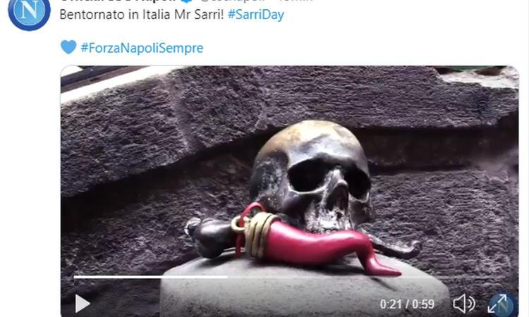 Il Napoli dà il bentornato a Sarri, tra sfottò e ricordi