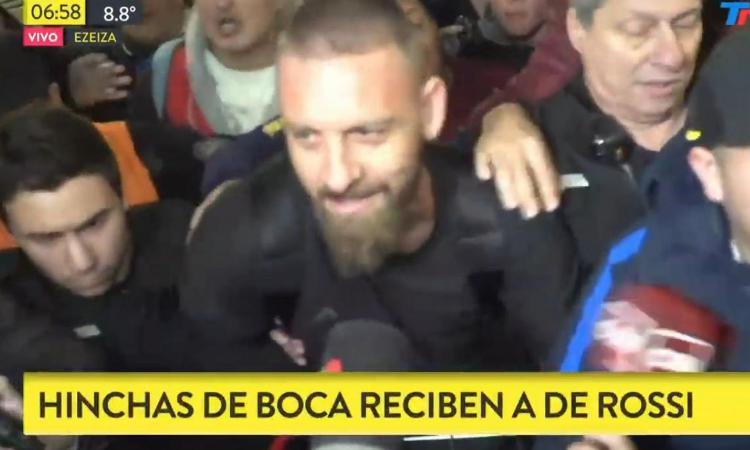 Boca Juniors, cori, sciarpe, entusiasmo: che accoglienza per De Rossi! VIDEO
