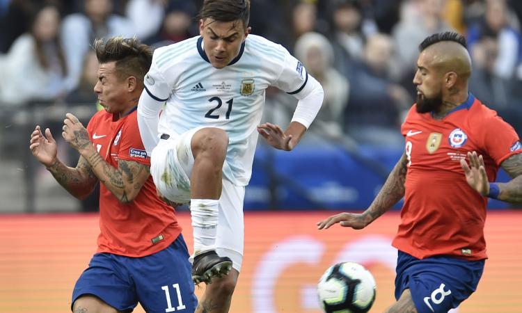 Argentina-Cile, Dybala disturba Vidal prima del rigore e grida: 'Quiricocho' VIDEO