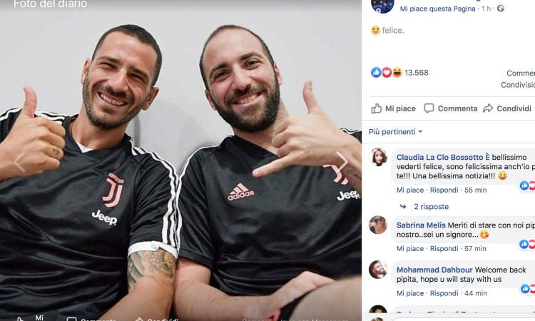 Juve, Higuain posa sorridente con Bonucci: 'Felice'
