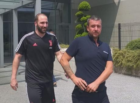 Higuain, si avvicina l'addio alla Juve: la maglia non è in vendita negli store FOTO