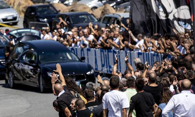 Lazio, in duemila al funerale di Diabolik: striscioni e braccia tese per l'ultimo saluto