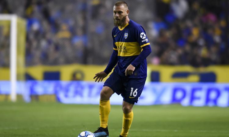 De Rossi, debutto da sogno alla Bombonera: il Boca vince 2-0, lui riceve un regalo VIDEO