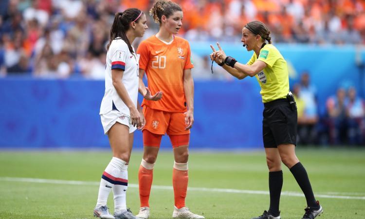 Chi è Stephanie Frappart, primo arbitro donna di una finale Uefa