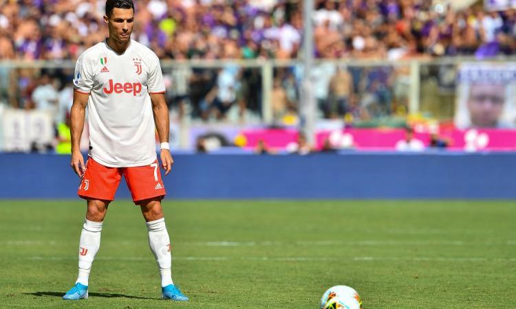 Juve, la seconda maglia è un disastro. Sarri la critica e il web si scatena: 'È Fiorentina-Bari?' FOTO