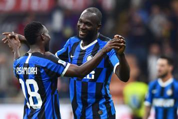 Lukaku.Asamoah.Inter.abbraccio.sorrisi.esultanza.2019.20.jpg GETTY IMAGES