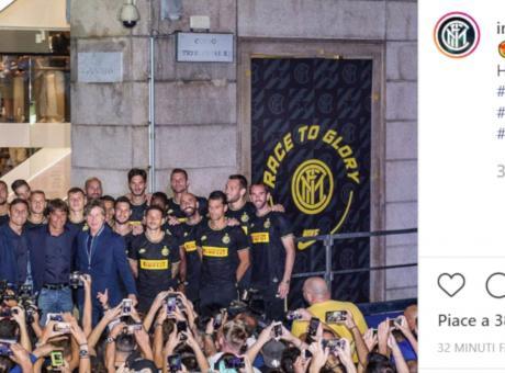 Inter, i tifosi cantano: 'Chi non salta è juventino'. Conte sorride, ma non salta VIDEO