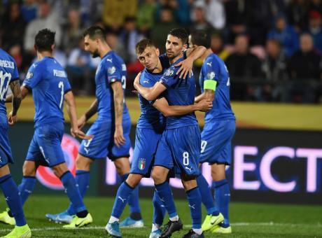 Un rigore inesistente salva Sensi, ma l'Italia merita: ora Mancini vede gli Europei