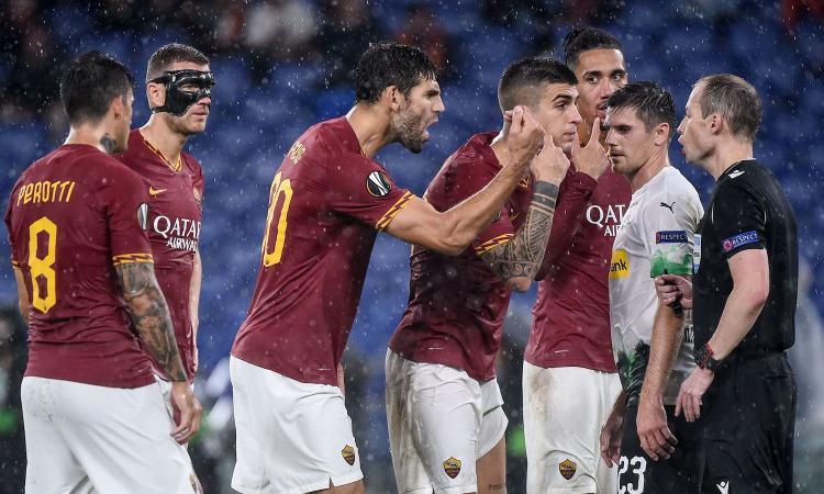 Roma scippata dall'arbitro: palla in faccia a Smalling e rigore inesistente al 94°