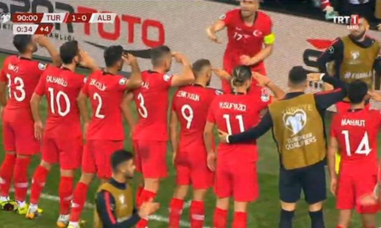 Turchia, i calciatori appoggiano Erdogan: esultanza con la posa militare FOTO