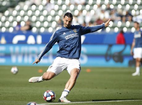 Ibrahimovic tiene sulle spine il Milan e attende la mossa del Napoli