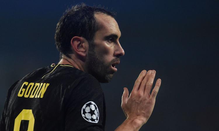 Inter, continuano i contatti per Godin al Cagliari: si lavora all'accordo finale