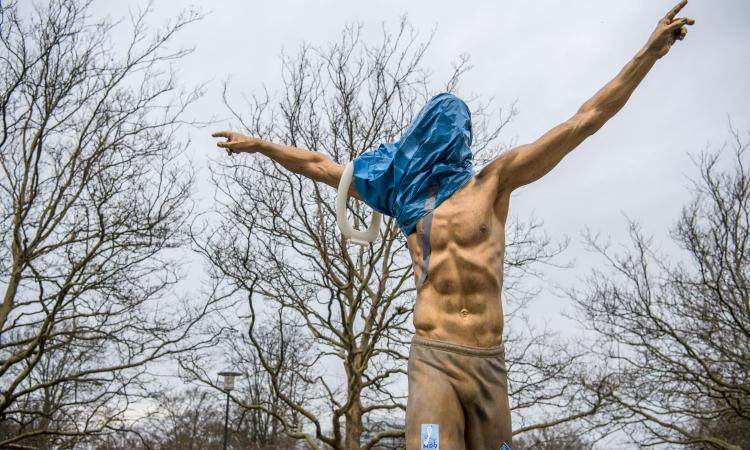 Ancora vandalizzata la statua di Ibrahimovic a Malmoe: provano a tagliargli la testa e segargli i piedi!
