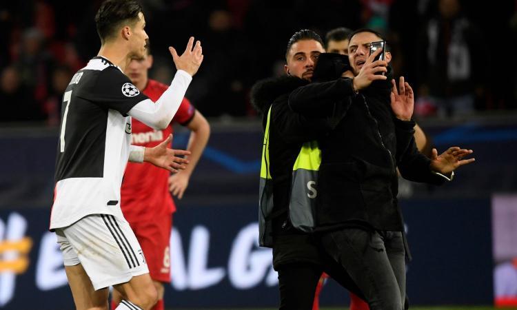Tre invasioni di campo per un selfie, tifoso fa infuriare Cristiano Ronaldo
