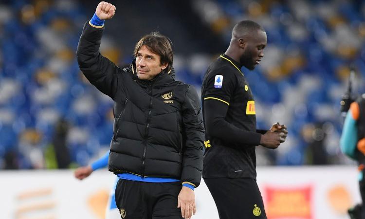 Il Napoli regala tre gol, Conte ringrazia: attenta Juve, l'Inter non teme più nulla e nessuno