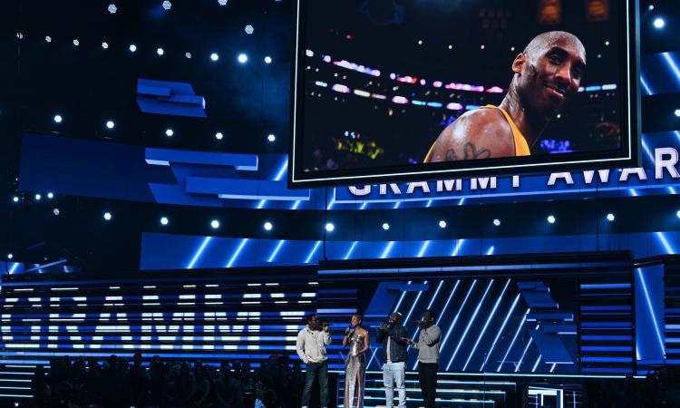 Billie Eilish trionfa ai Grammy dedicati a Kobe Bryant: il tributo VIDEO