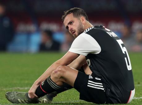 Juve, infortunio muscolare per Pjanic: lunedì gli esami, Champions a rischio