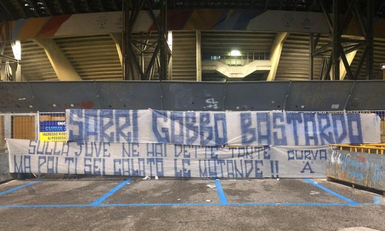 Napoli, striscione per Sarri: 'Gobbo bas...do, sulla Juve ne hai dette tante, ma ti sei calato le mutande!' FOTO