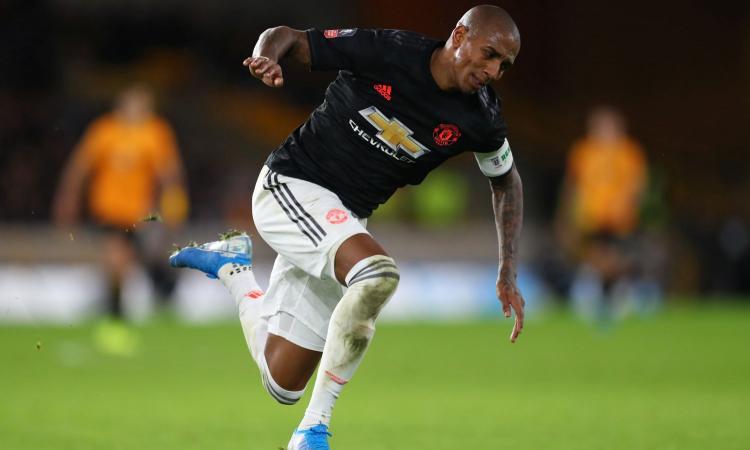 L'Inter insiste per Young, lo vuole subito: nuovi contatti con lo United, ultime