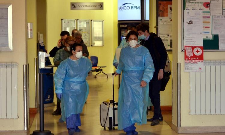 Coronavirus: i morti salgono a 12, oltre 400 contagiati. Primo caso in Puglia, Speranza: 'L'Italia sarà più forte'