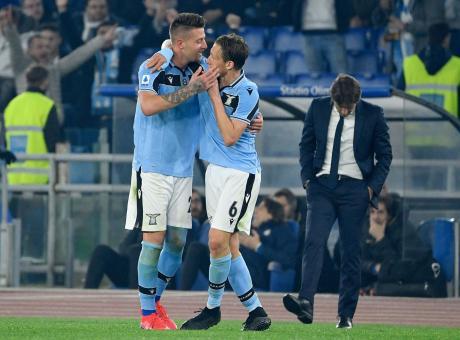 Conte sbaglia, Inzaghi no e la Lazio sorpassa l'Inter. L'Europa League un problema, ma con Eriksen sarà scudetto