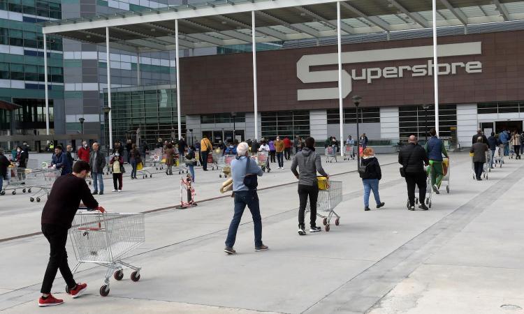 Campionato, scudetto e stipendi, quanta indecenza! Vogliamo i maxi schermi davanti ai supermercati?