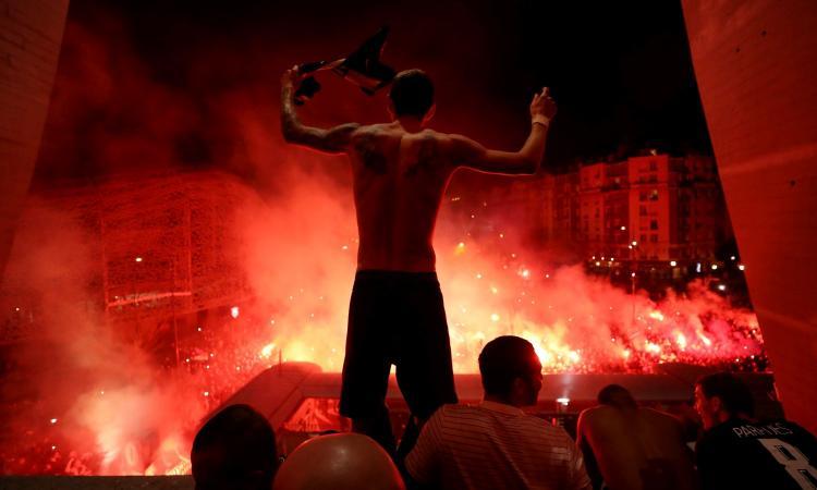 Champions, il coronavirus non spaventa i tifosi: Anfield pieno a Liverpool, bagno di folla per il PSG FOTO e VIDEO
