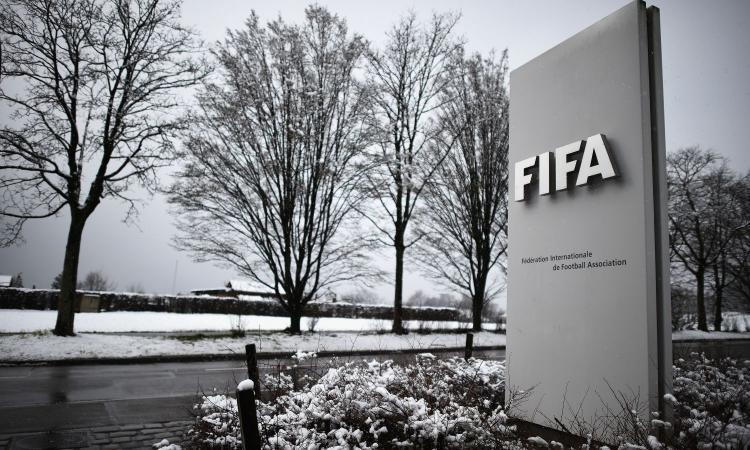 Coronavirus, la Fifa cambia il mercato: contratti allungati e nuove date per le trattative