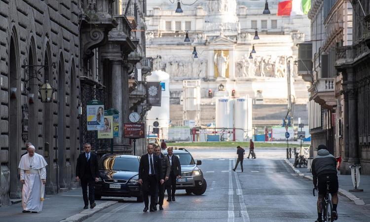 Un prete urla contro Paolo Brosio: 'Il coronavirus ci ha liberato dai ciarlatani della Madonna di Medjugorje' VIDEO