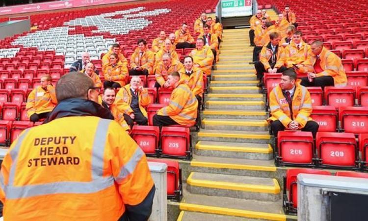 Momenti Di Gioia: ressa nei supermercati, gli steward del Liverpool aiutano gli anziani a fare la spesa