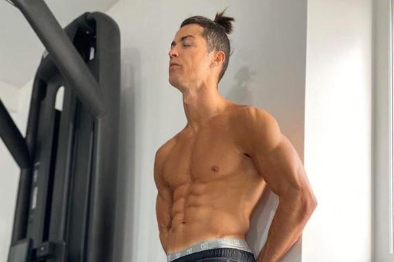 Ronaldo lancia la sfida: 'Chi fa più addominali di me?'. Ma viene stracciato da Caster Semenya! FOTO e VIDEO
