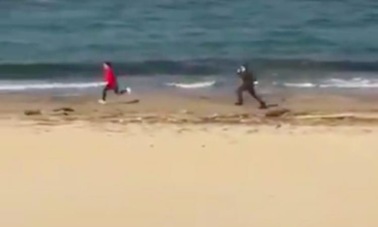 Il runner corre, il carabiniere lo insegue: l'incredibile fuga sulla spiaggia di Pescara! VIDEO